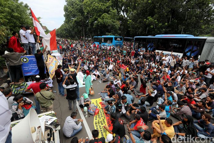 Begini penampakan ratusan massa driver taksi online yang berdemo di depan Kementerian Perhubungan (Kemenhub), Jalan Medan Merdeka Barat, Jakarta Pusat, Senin (29/1/2018).