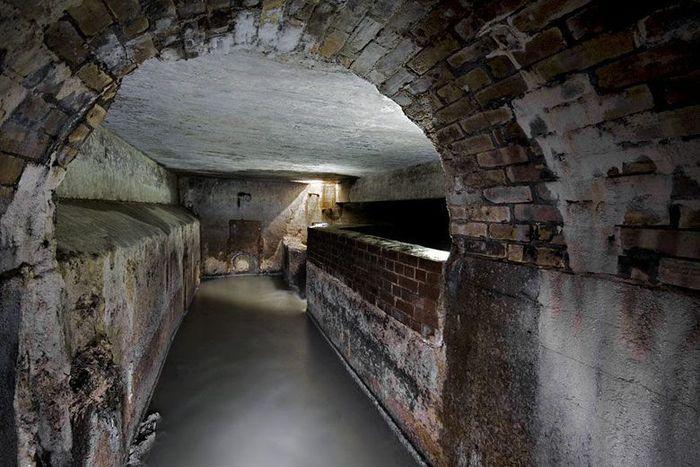 Sebuah terowongan di kawasan air terjun Niagara di Amerika Serikat, dikenal angker karena terdapat penampakan arwah seorang gadis yang terbakar. Jika seseorang menyalakan api di tengahnya, api itu akan langsung menyambarnya. Istimewa/Atlas Obscura.