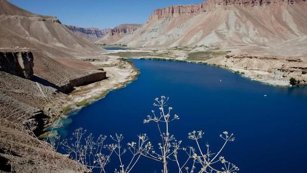 Danau Band-e Amir ini berada di Provinsi Bamyan, Afghanistan. Danau cantik ini berada di dalam kawasan taman nasional bernama sama, taman nasional Band-e Amir. (Paula Bronstein/Getty Images)
