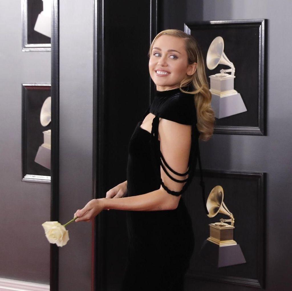 Kembali Berakting, Miley Cyrus Tengah Syuting Black Mirror