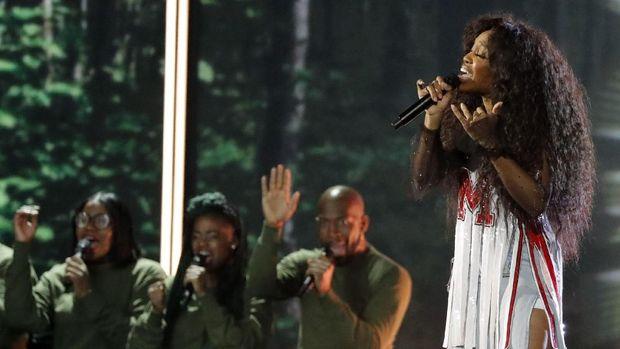 SZA menampilkan 'Love Galore' di panggung Grammy.