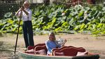 Foto: Peluk-Cium Caroline Wozniacki untuk Trofi Dambaan