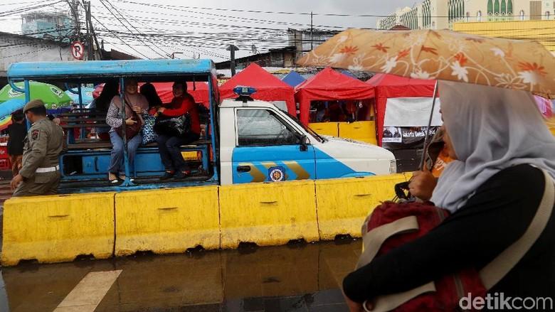 Mobil Satpol PP Jadi Pengganti Angkutan Umum di Tanah Abang