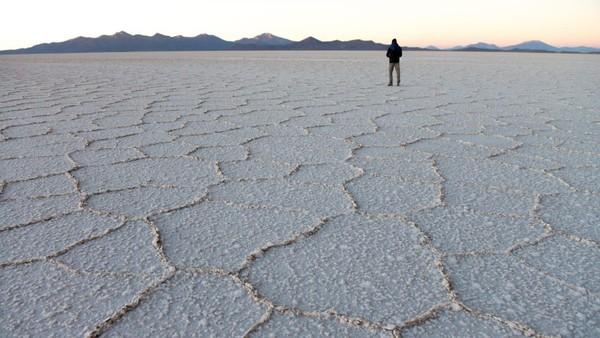 Salar de Uyuni menjadi destinasi kolam garam terbesar dunia. Pemandangan putih dengan petak-petak garam menjadi sangat khas. (CNN Travel)