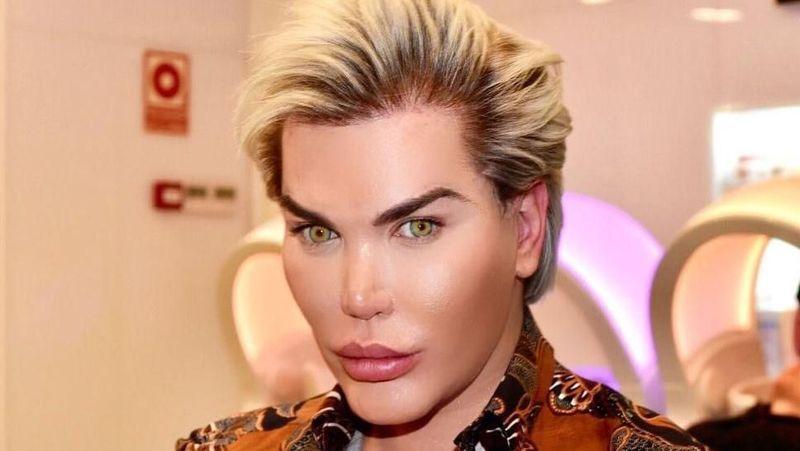 Rodrigo Alves dikenal sebagai Human Ken Doll. Dia 58 kali operasi plastik  demi menjadi mirip 9798ee2976