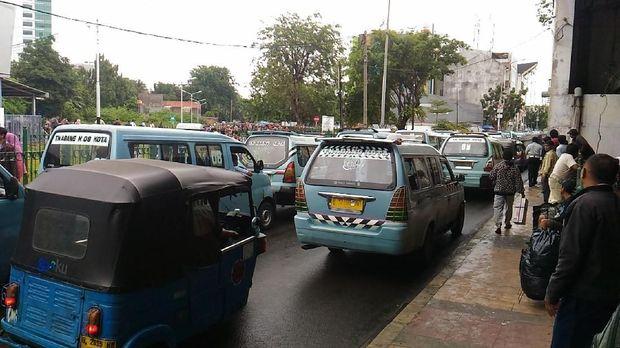 Pasca Demo Kemarin, Angkot di Tanah Abang Beroperasi Kembali