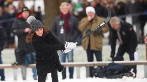 Lagi Hamil, Kate Middleton Asyik Main Hoki di Swedia