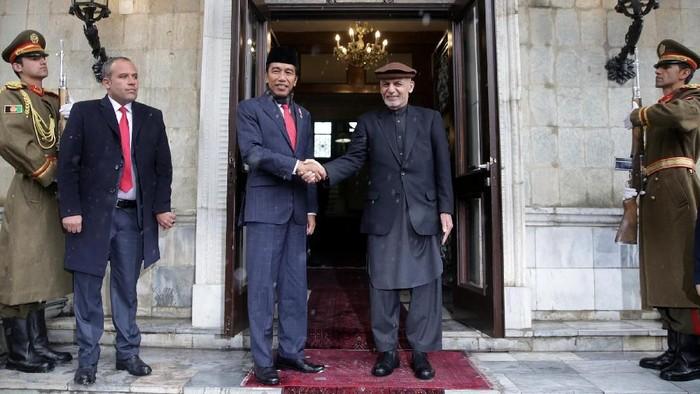 Presiden Joko Widodo melakukan kunjungan ke Afghanistan, Senin (29/1/2018). Jokowi disambut langsung oleh Presiden Afghanistan Ashraf Ghani. Begini suasana penyambutannya.