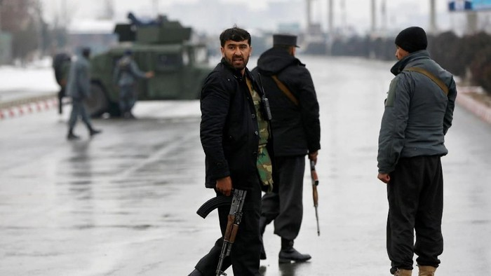 Afghan policemen keep watch near the site of an attack at the Marshal Fahim military academy in Kabul, Afghanistan January 29, 2018.REUTERS/Mohammad Ismail