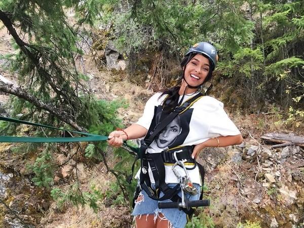 Selain itu dia juga hiking dan mencoba kegiatan outdooryang memicu adrenalin. (officialjessicacaban/Instagram)