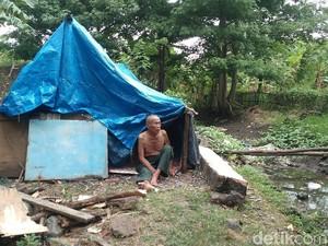 Miris, Kakek Nenek di Cirebon Ini Tinggal di Gubuk Terpal