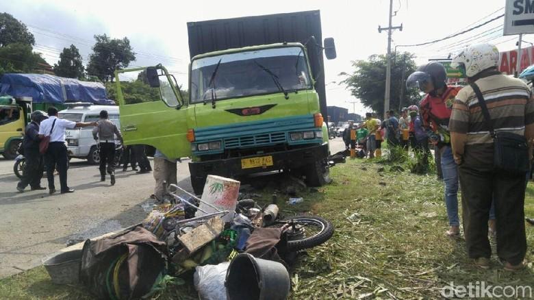 Polisi Kejar Sopir Truk yang Kabur setelah Tabrak 3 Motor di Semarang