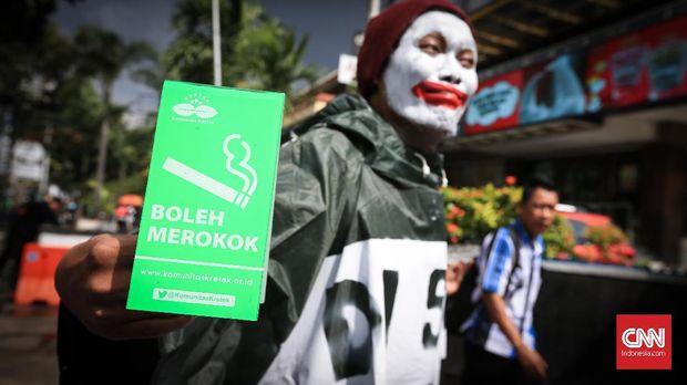 Komunitas Kretek melakukan aksi teatrikal di kawasan Sarinah, Jakarta, 30 Januari 2018. Mereka menuntut pemerintah dan pihak swasta menyediakan ruang merokok di Kawasan Tanpa Rokok.