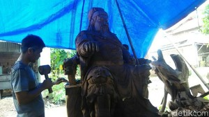 Mengintip Pembuatan Patung Dewa Jelang Imlek di Jepara