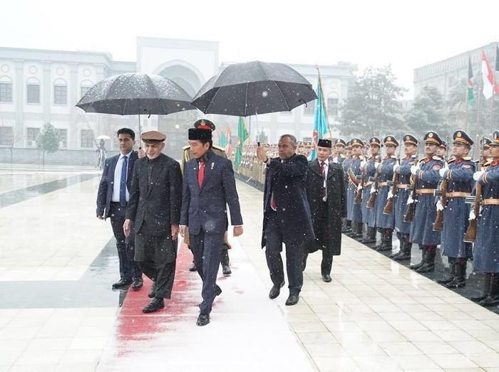 Presiden Jokowi disambut salju membawa berkah saat tiba di Afghanistan