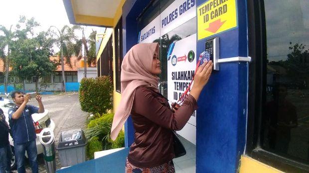ID card yang diberikan di pintu gerbang digunakan untuk membuka pintu pelayanan