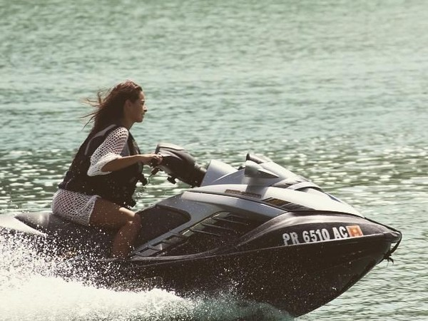 Tidak sekedar bersantai dan berjemur, dia juga bermain jetski dan kayak. (officialjessicacaban/Instagram)