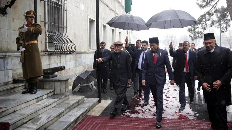 PKS Puji Jokowi yang Jadi Imam Salat di Afghanistan