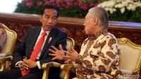 Presiden Jokowi berbincang dengan Menteri Perdagangan Enggartiasto Lukita di sela-sela raker.