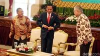 Presiden Jokowi menuju podium untuk membuka raker setelah mendengarkan laporan capaian kinerja sektor perdagangan oleh Enggartiasto Lukita.