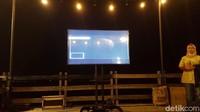 Pihak Ancol juga menyediakan layar proyektor yang memperlihatkan bulan dari Indonesia Timur (Syanti/detikTravel)