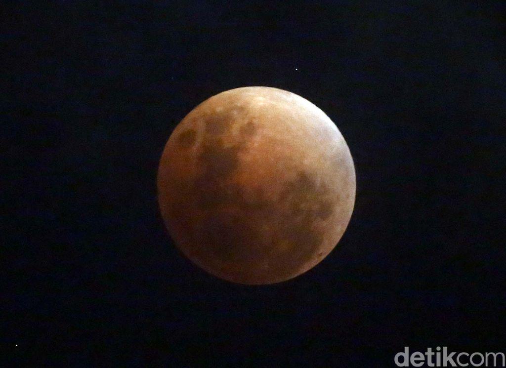 Tahun 2018 dibuka dengan fenomena langka bernama Super Blue Blood Moon yang terjadi pada akhir Januari lalu. Foto: Rachman Haryanto