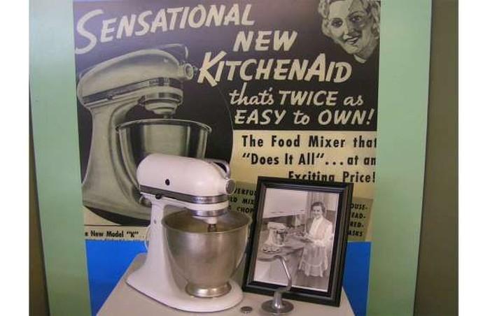 Standing mixer KitchenAid yang diproduksi di Amerika ini diluncurkan pada 1920-an. Namun peminatnya terus meningkat hingga akhir 1930-an. Alhasil banyak orang membuat kue dan roti sendiri di rumah. Foto: Istimewa
