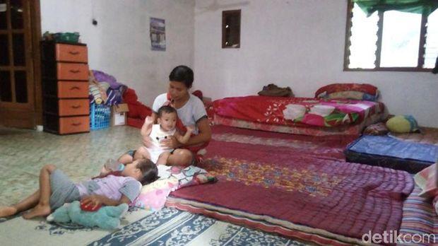 Mengunjungi Para Pengungsi Korban Tanah Retak di Semarang