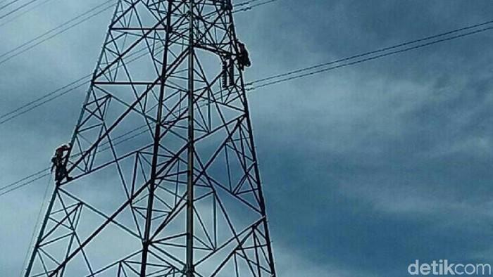 Seorang wanita diduga stres mencoba bunuh diri memanjat tower Sutet di Cilacap, Rabu (31/1/2018)