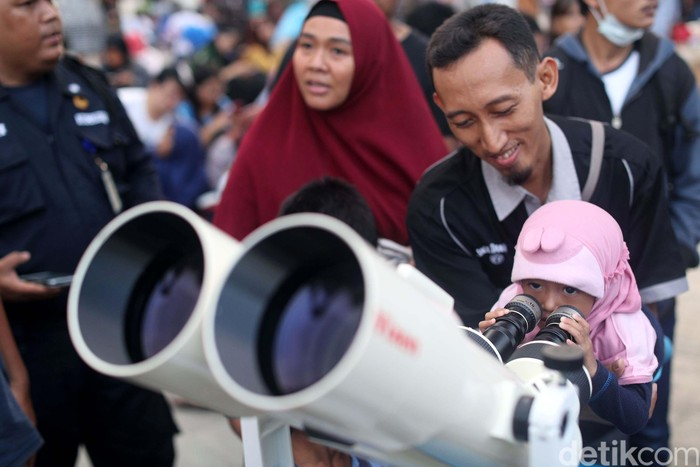 Masyarakat Indonesia bisa saksikan gerhana bulan total akhir Juli 2018. Foto: Grandyos Zafna