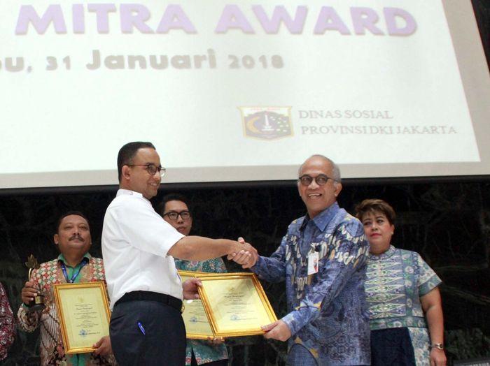 Gubernur DKI Jakarta, Anies Baswedan memberikan penghargaan Padmamitra Award kepada Direktur Utama Bank DKI, Kresno Sediarsi di Balaikota, Jakarta (31/1). Foto: dok. Bank DKI