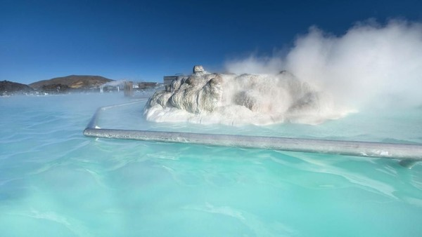 Kolam ini berada di Grindavik, di wilayah barat Islandia. Jika ditempuh dari Bandara Internasional Keflavik, jaraknya sekitar 20 Km (Thinkstock)