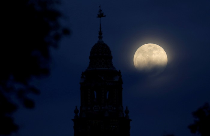 A blue moon rises over Balboa Parks California Tower in San Diego, California, U.S., January 30, 2018.    REUTERS/Mike Blake     TPX IMAGES OF THE DAY