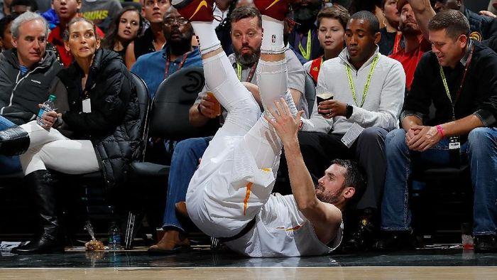 Kevin Love mengalami patah tangan dan akan absen beberapa bulan (Kevin C. Cox/Getty Images)