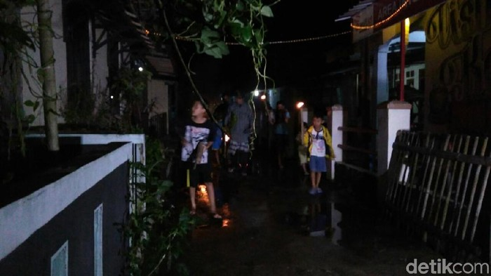 Warga Purworejo Keliling Kampung Tabuh Kentongan Saat Gerhana Bulan (dok detikcom)