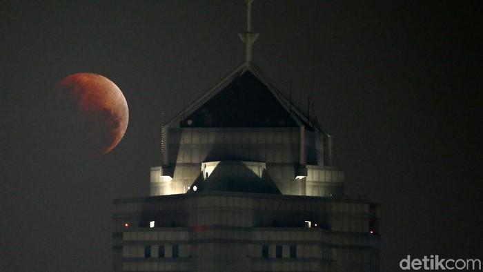 Penampakan Super Blue Blood Moon di Jakarta. (Foto ilustrasi: Rachman Haryanto)