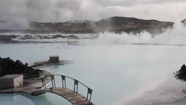 Pemandian air panas Blue Lagoon memang terkenal dan menjadi salah satu daya tarik wisatawan saat berkunjung ke Islandia (Thinkstock)