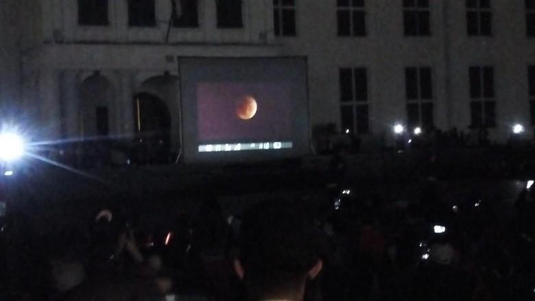Wisatawan melihat Super Blue Blood Moon di Kota Tua, Jakarta Barat (Haris Fadhil/detikcom)