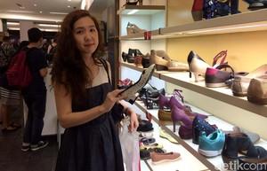 Deretan Wanita Cantik Berburu Sepatu Clarks Jelang Tutup