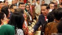 Presiden Jokowi menyalami peserta raker.