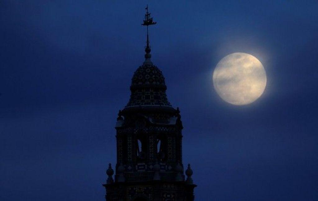 Foto bulan menjelang Blue Blood Moon di San Diego, Amerika Serikat. Foto: Reuters