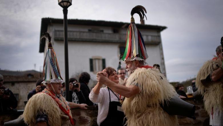 Orang-orang akan menari di Inturen Carnival untuk mengusir Iblis (Vincent West/Reuters)
