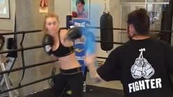 Untuk menjaga tubuh langsingnya supermodel Gigi Hadid rutin melakukan olahraga boxing. Begini gaya Gigi saat ia sedang berolahraga.