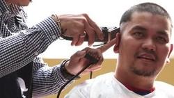 Rambut adalah bagian penting dari penampilan seorang selebriti. Namun apa jadinya jika rambut-rambut mereka dipotong atau bahkan digunduli untuk tujuan mulia?