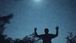 Beberapa orang memanfaatkan fenomena supermoon untuk olahraga yoga di malam hari. Bisa ditiru nih saat super blue blood moon nanti malam.