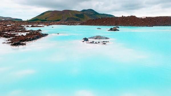 Air di kolam ini selalu diperbarui setiap dua hari. Air panas ini juga menjadi sumber pembangkit listrik tenaga geothermal. Suhu air di Blue Lagoon sekitar 37-37 derajat Celcius, sehingga sangat nyaman untuk berendam (Thinkstock)