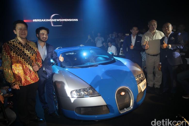 Presiden Direktur Prestige Image Motor Cars, Rudy Salim bersama Staf Khusus Presiden, Diaz Hendropriyono saat perkenalan mobil hypercar Bugatti Veyron di Jakarta. Foto: Agung Pambudhy