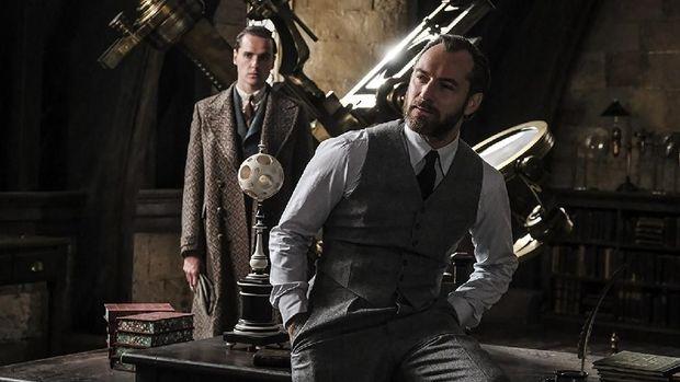 Jude Law (tengah) menjadi Albus Dumbledore.