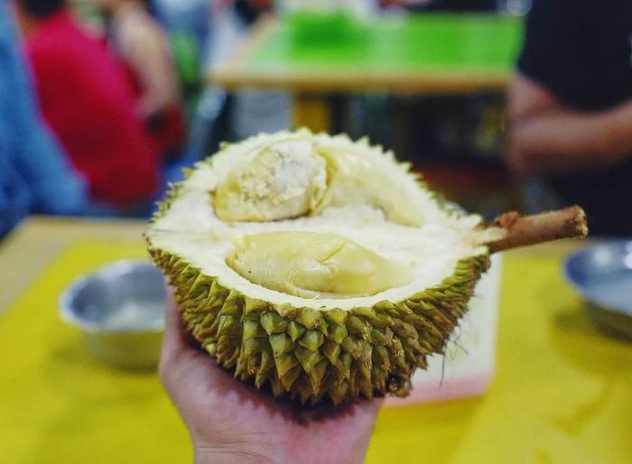 Rio Dewanto mengunggah foto durian Medan yang sangat menggoda. Durian yang dicicip ayah dari Salma ini adalah Durian Ucok, Medan. Foto: Istimewa