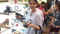 Wanita Cantik Ini Borong Sepatu Clarks Rp 8 Juta